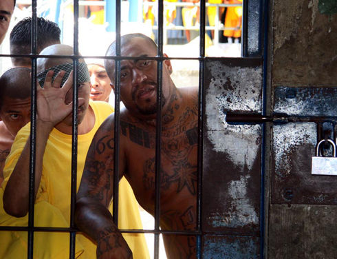 Investigations have identified extortions carried out from inside prisons in Central America and Mexico. Above, members of the Barrio 18 gang are incarcerated in the prison of Izalco in the department of Sonsonate, El Salvador. (Francisco Campos / ISH)