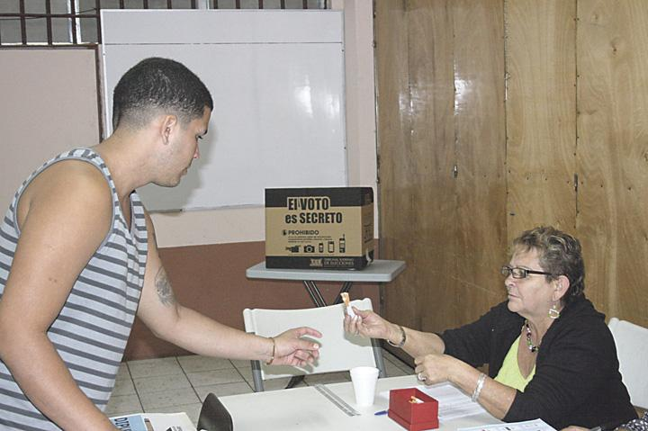 Prisoners received four cigarettes in exchange for casting their votes. (TSE/San Sebastian)