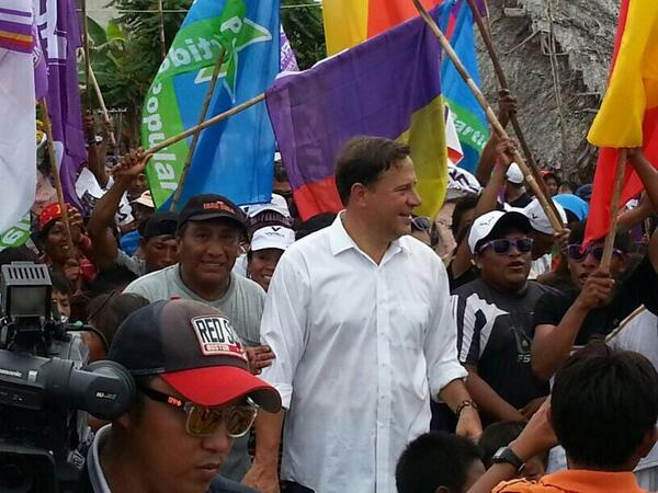 Juan Carlos Varela flanked by supports on April 30th.  (Twitter / @JC_Varela)
